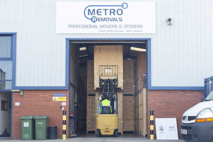 Metro lifting boxes with forklift